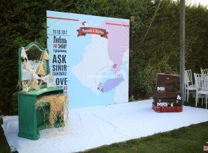 İzmir Düğün Organizasyonu Ahşap Mobilya Kiralama ve Fotoğraf Köşesi Hazırlıkları