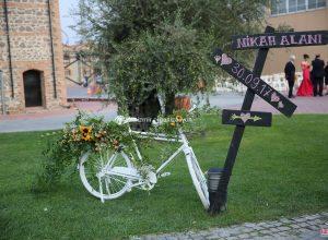 Bisiklet Dekoru Yönlendirme Tabelası ve Çiçek Süsleme İzmir Organizasyon