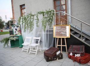 Ahşap Mobilya ve Eski Tip Bavullar ile Özel Konseptli Düğün Organizasyonu