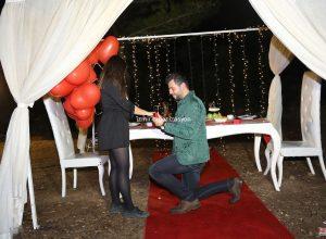 Kumsalda Evlilik Teklifi Organizasyonu Kırmızı Kalpli Uçan Balon